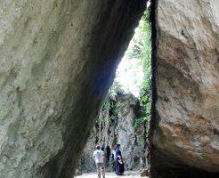 斎場御嶽の自然トンネル