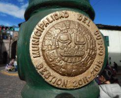クスコの電柱の彫刻